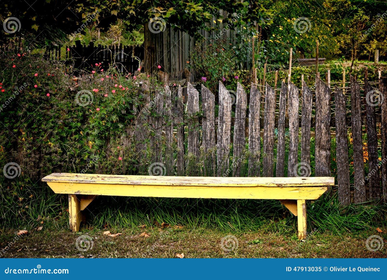 Banc jaune antique de jardin et vieille barri re de for Barriere de jardin