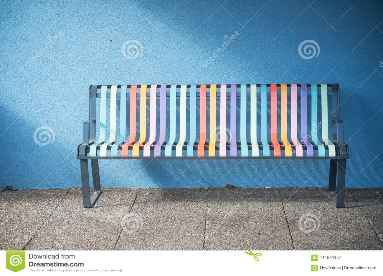 Banc Metallique Colore Dans La Rue Image Stock Image Du