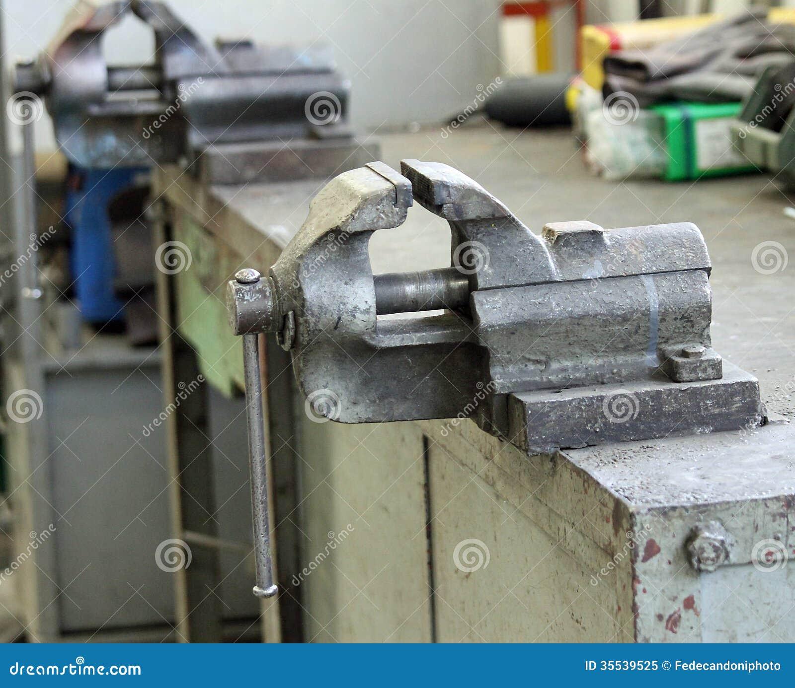 Bancada Dentro De Uma Oficina Mecânica Foto de Stock Royalty Free  #374861 1300x1143
