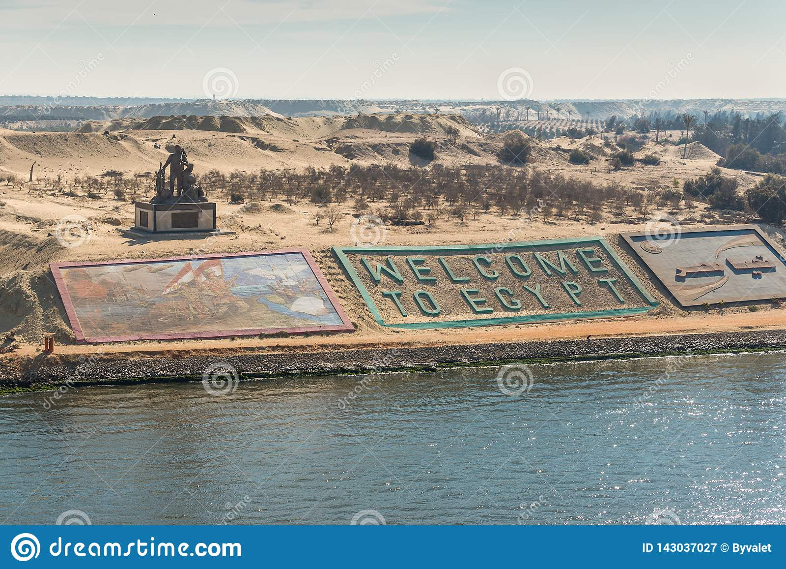 Banche occidentali di nuovo canale di Suez nella città di Ismailia, Egitto