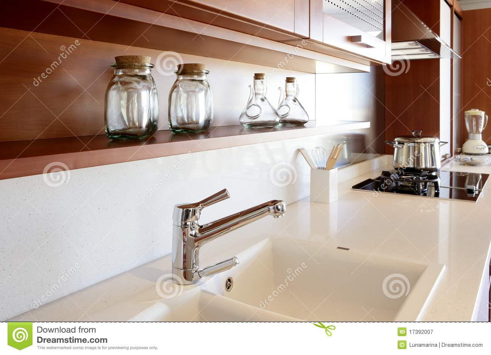 Banco Branco Da Cozinha Da Cozinha De Madeira Vermelha Fotografia de  #3F180B 1300x957