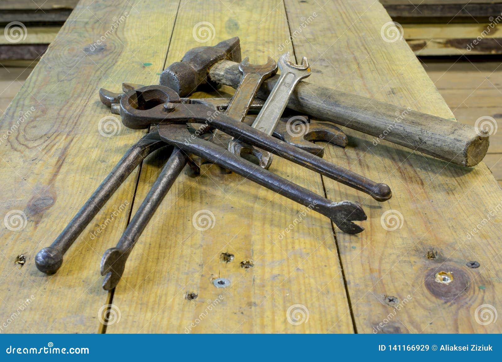 Banco da lavoro con gli strumenti utilizzati, sporco, arrugginito