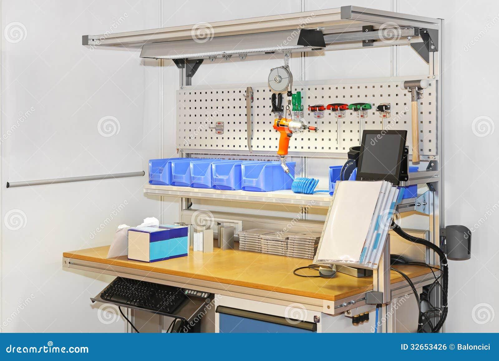 Banchi Da Lavoro Per Laboratorio Analisi : Banco da lavoro del tecnico fotografia stock immagine di ufficio