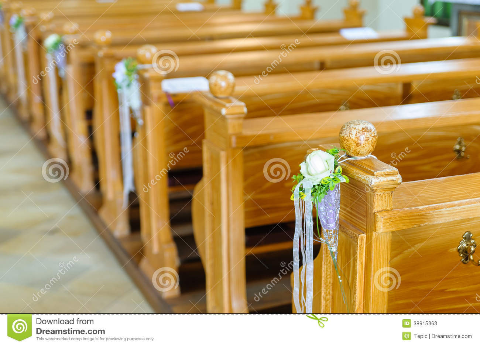 Banco De Igreja De Madeira Com Decoração Foto de Stock Imagem  #814709 1300x955