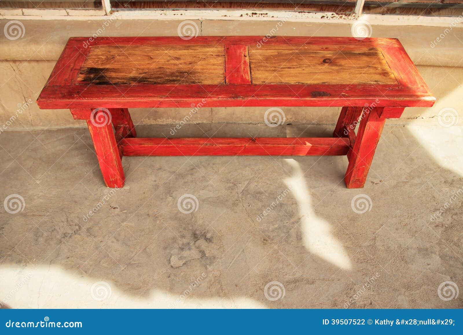 Banco de madeira aparado vermelho