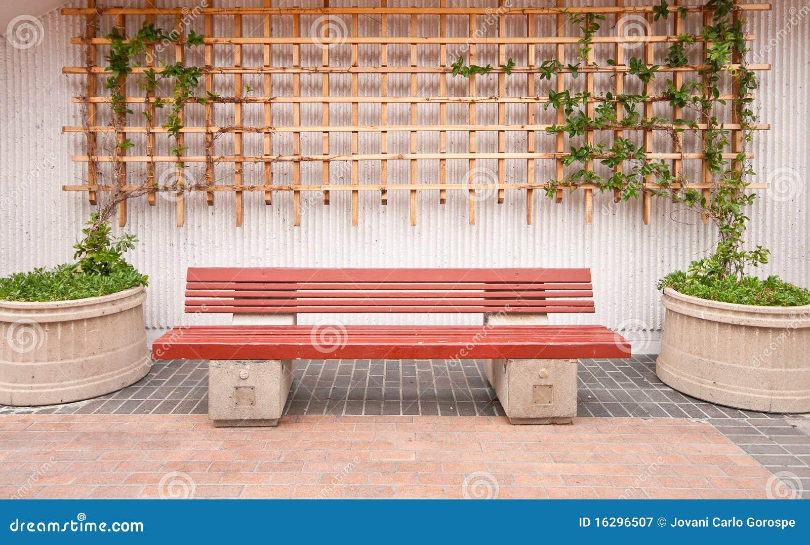 Banco de madeira com decora o exterior fotografia de - Bancos para exterior ...