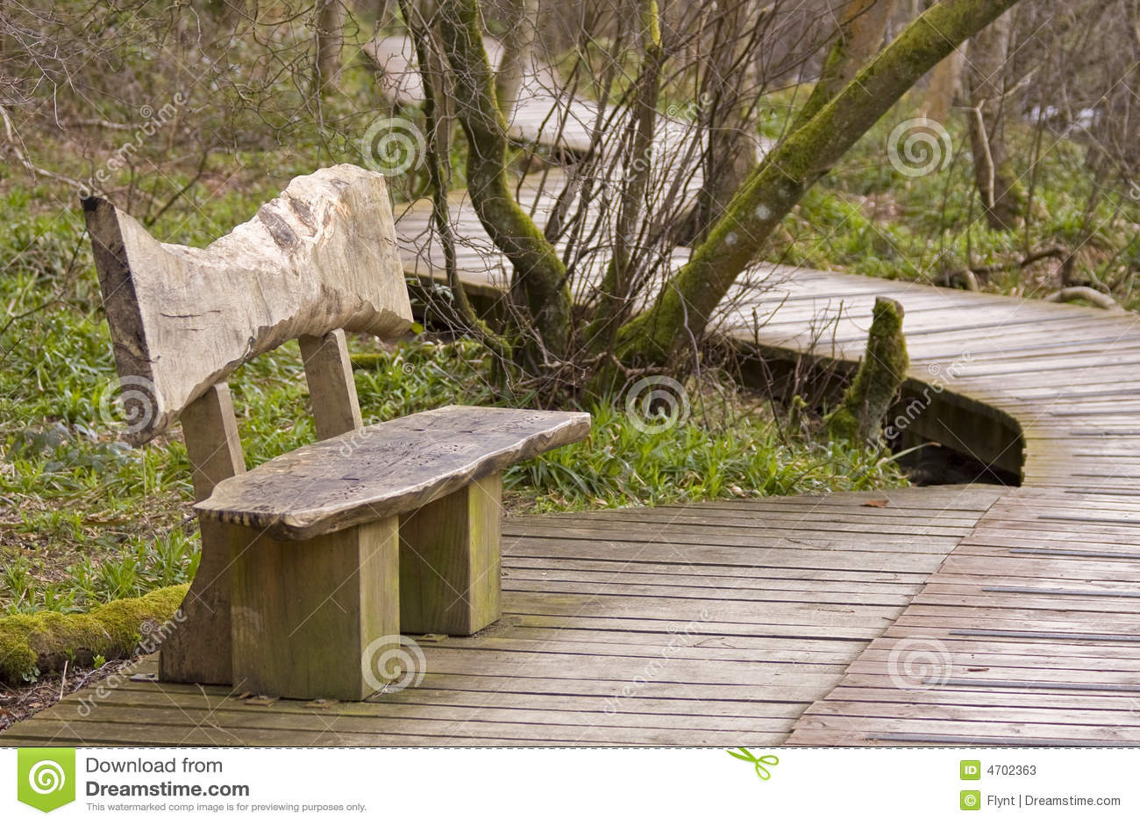 Banco de madeira e passeio à beira mar