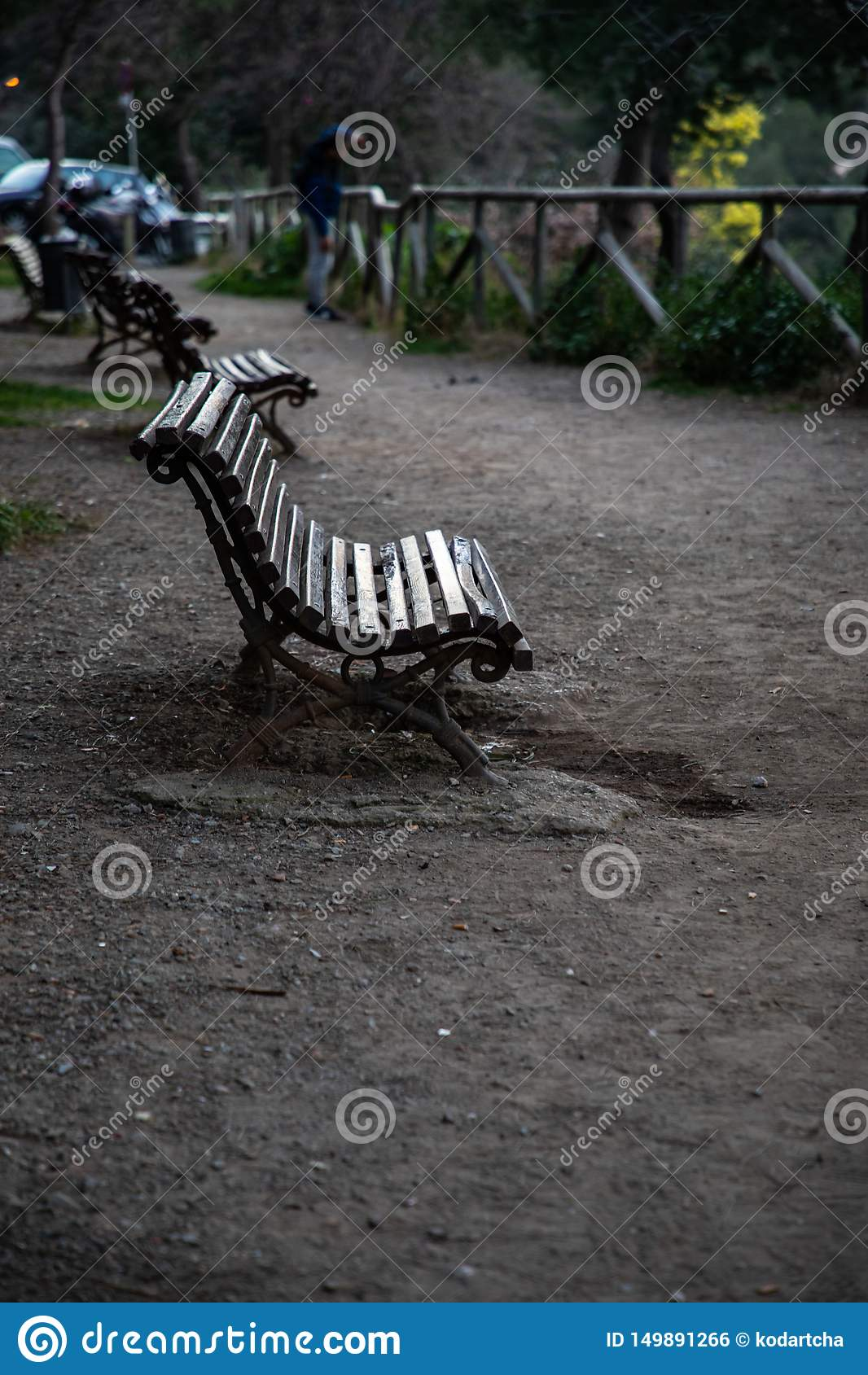 Banco de madeira em um parque com fundo borrado