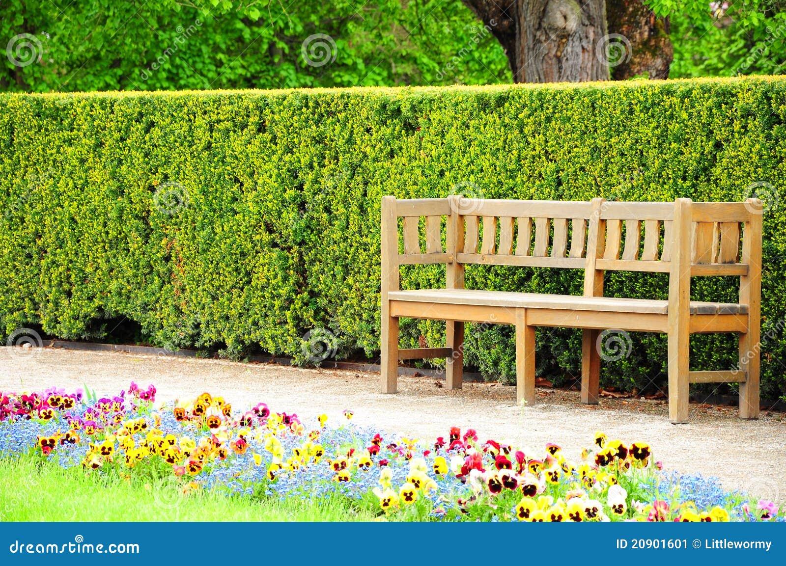 Banco De Madeira No Jardim Imagem de Stock  Imagem 20901601