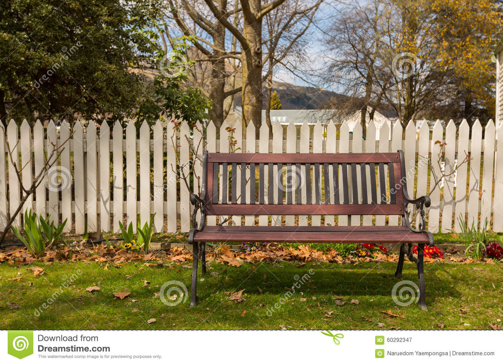 cerca para jardim branca : cerca para jardim branca:Banco De Madeira No Jardim Foto de Stock – Imagem: 60292347