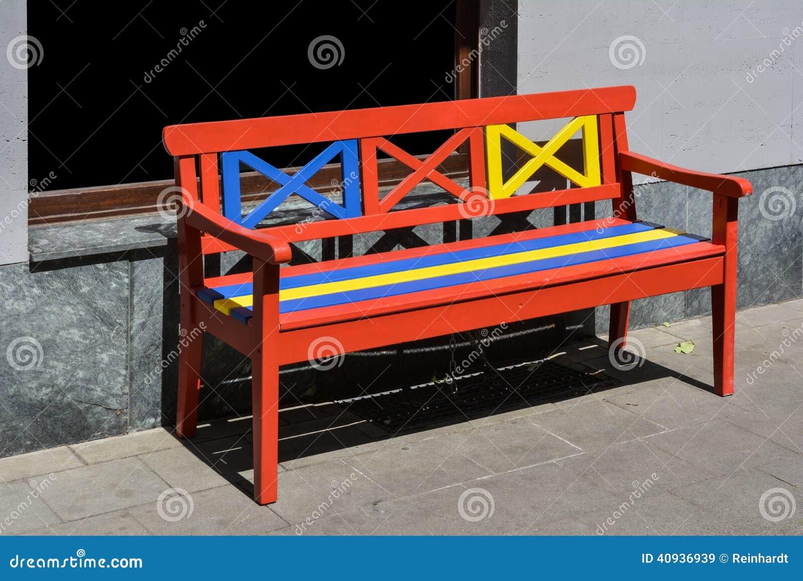 Foto de Stock: Banco de madeira pintado no vermelho no amarelo e no  #C0AD0B 1300x957