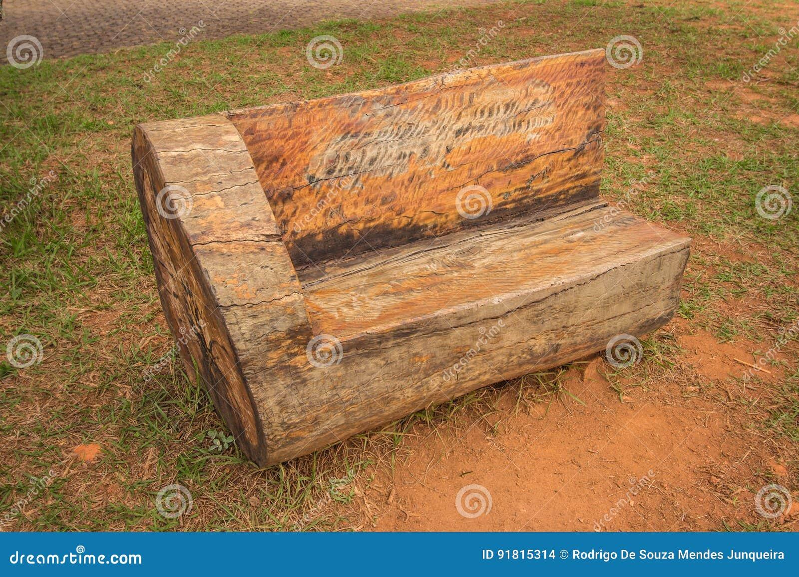 Banco de madera r stico del tronco foto de archivo - Banco de madera ...