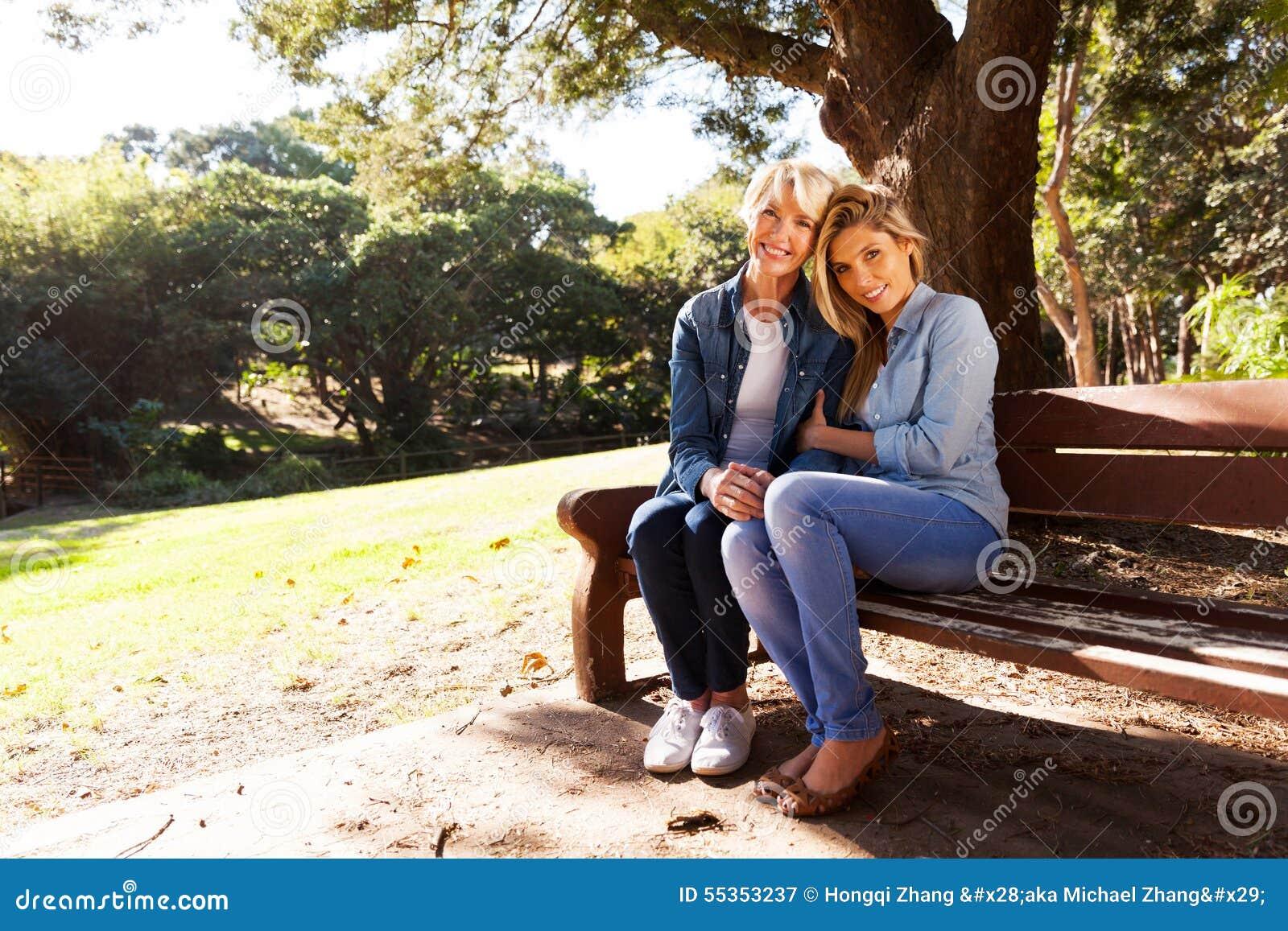 Banco di parco di rilassamento della figlia della madre