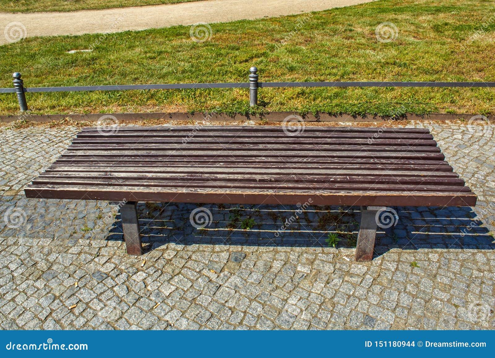 Banco di parco di legno marrone su grande scala