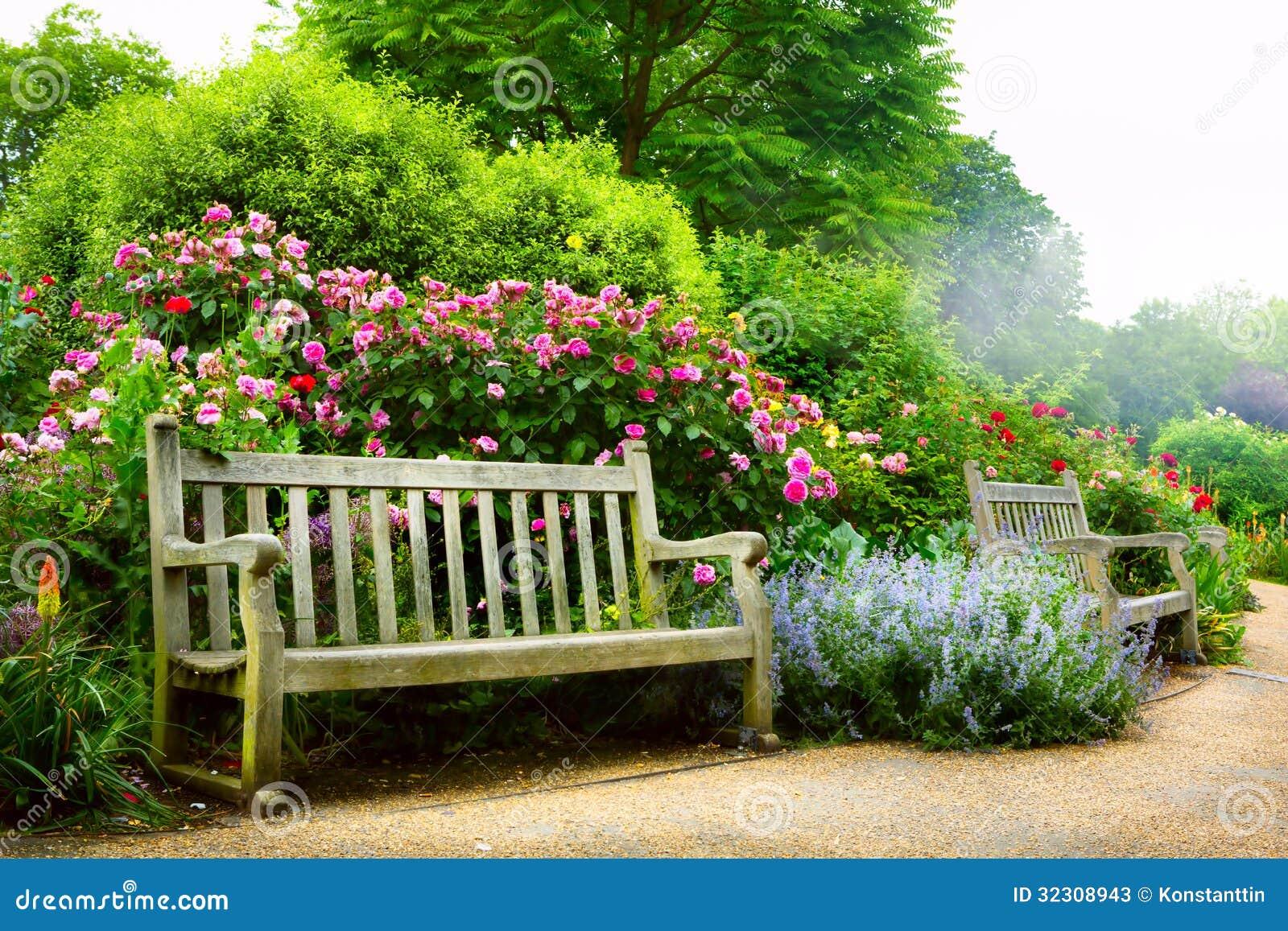 Banco e fiori di arte di mattina in un parco inglese