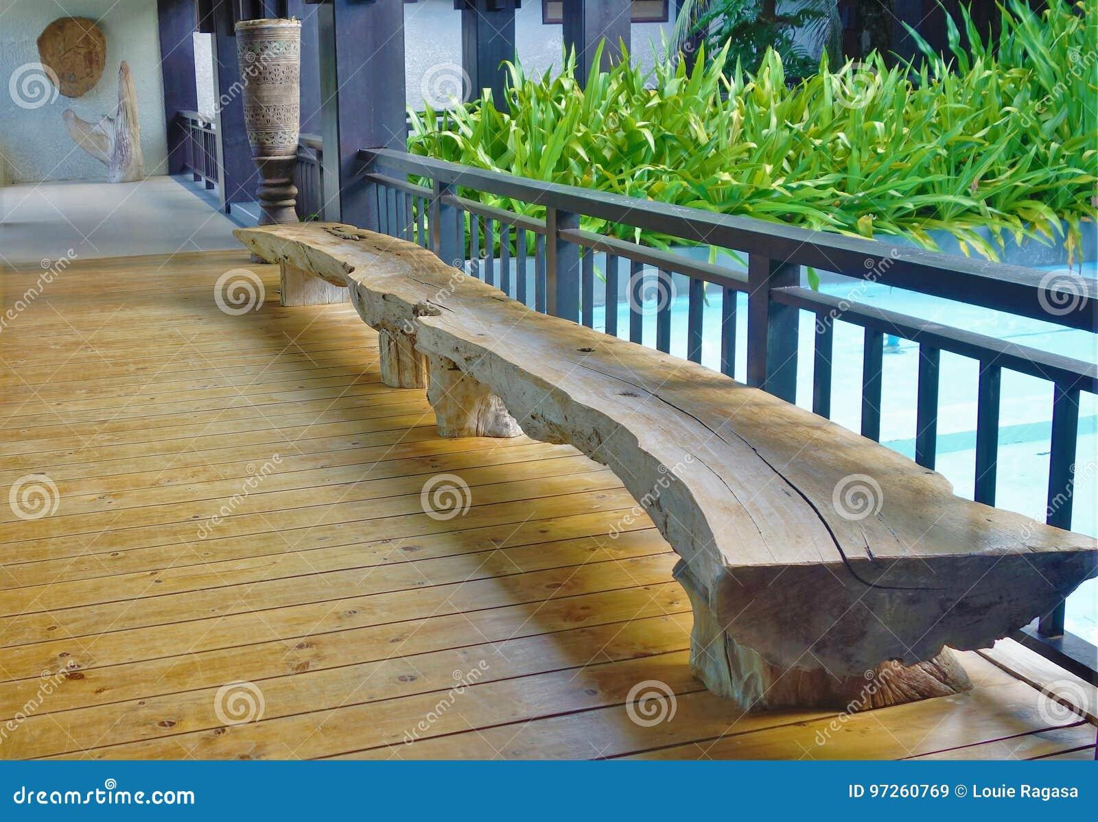 Banco feito do tronco de árvore