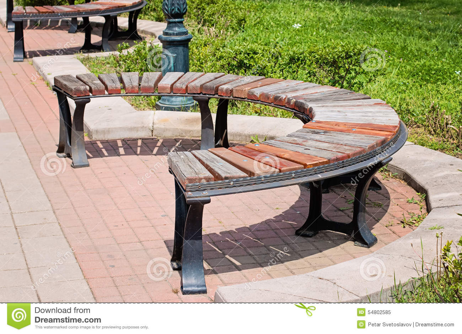 Banco redondo de madera en el parque imagen de archivo for Antecomedores redondos madera