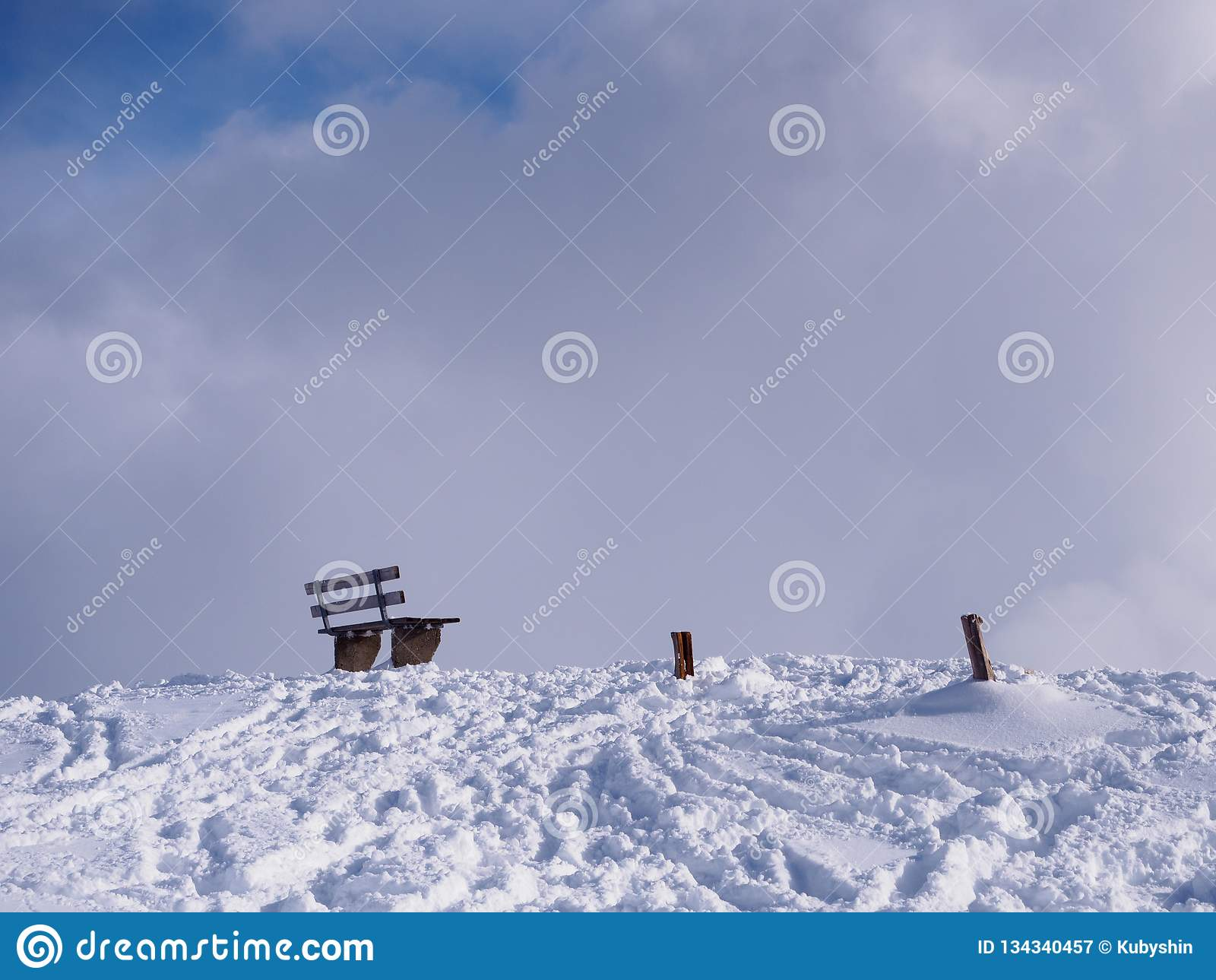 Banco solitario en nieve