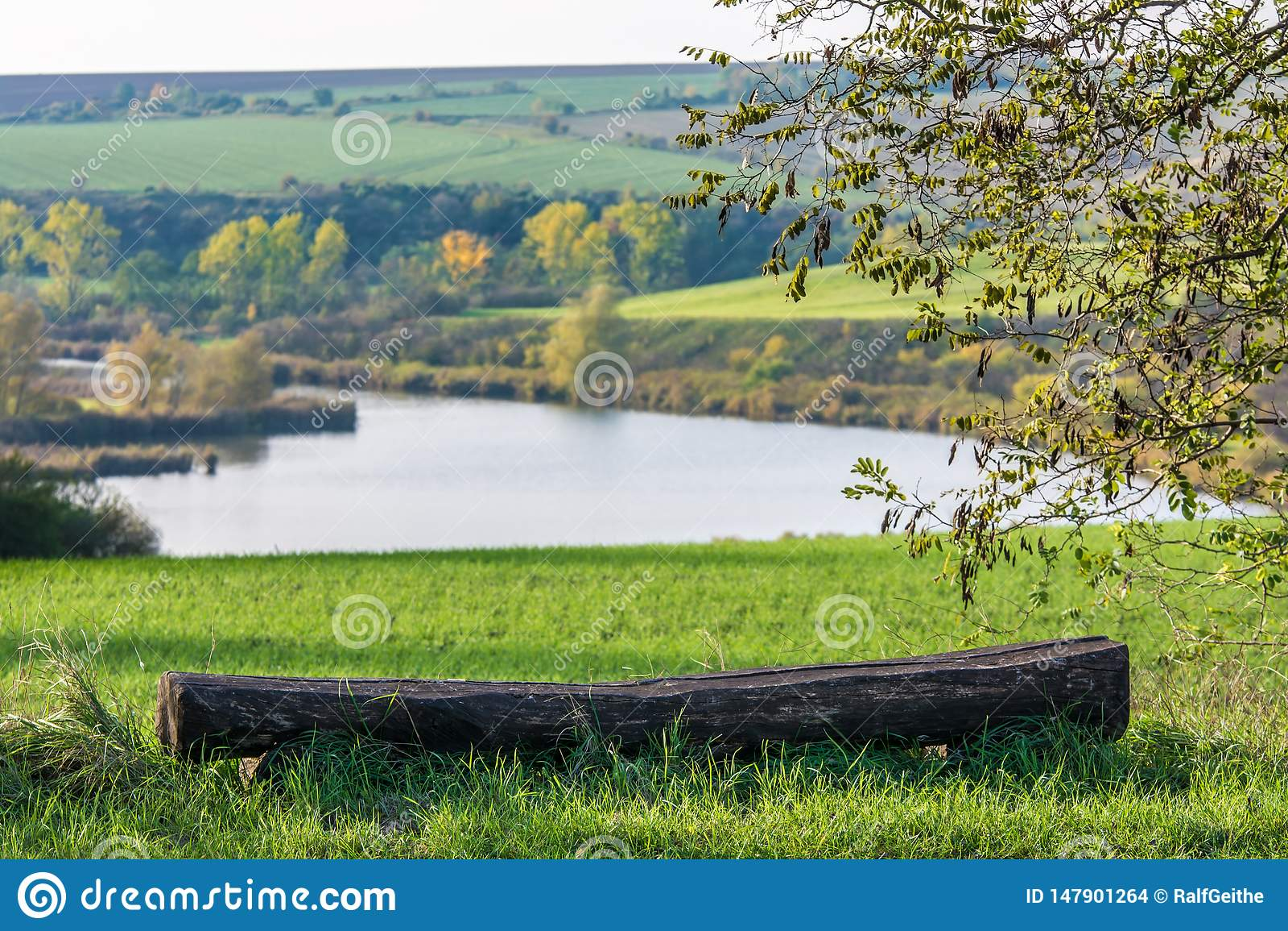 Banco velho na frente de uma paisagem montanhosa bonita com lago