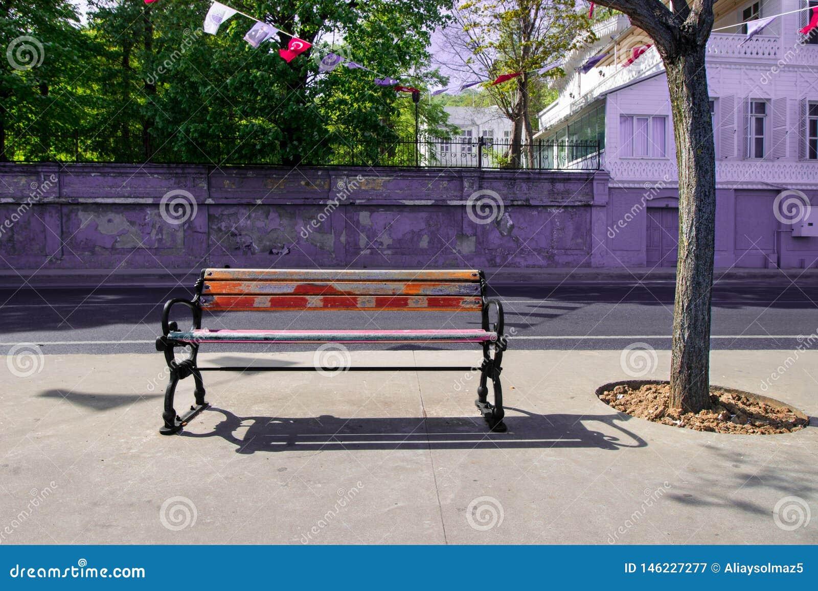 Banco vuoto, banco di legno, tempo di primavera per la Turchia, giorno luminoso