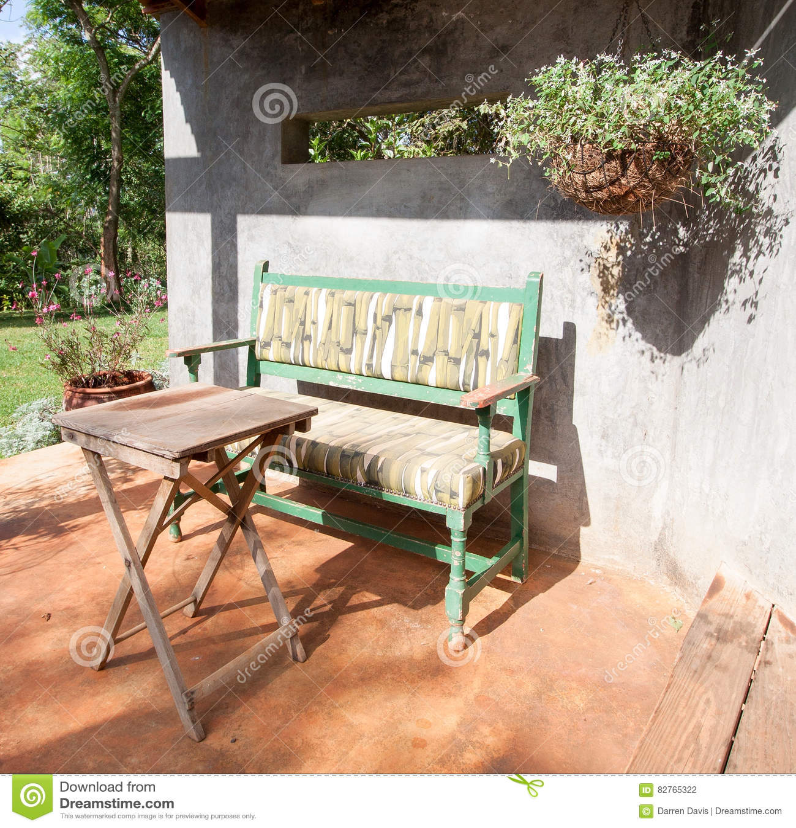 Banco y tabla de parque en patio soleado