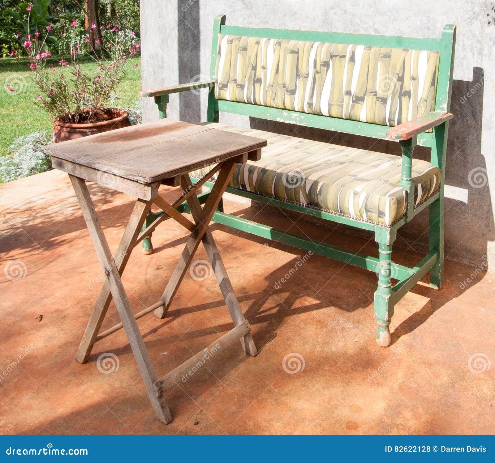 Banco y tabla soleados en patio del jardín