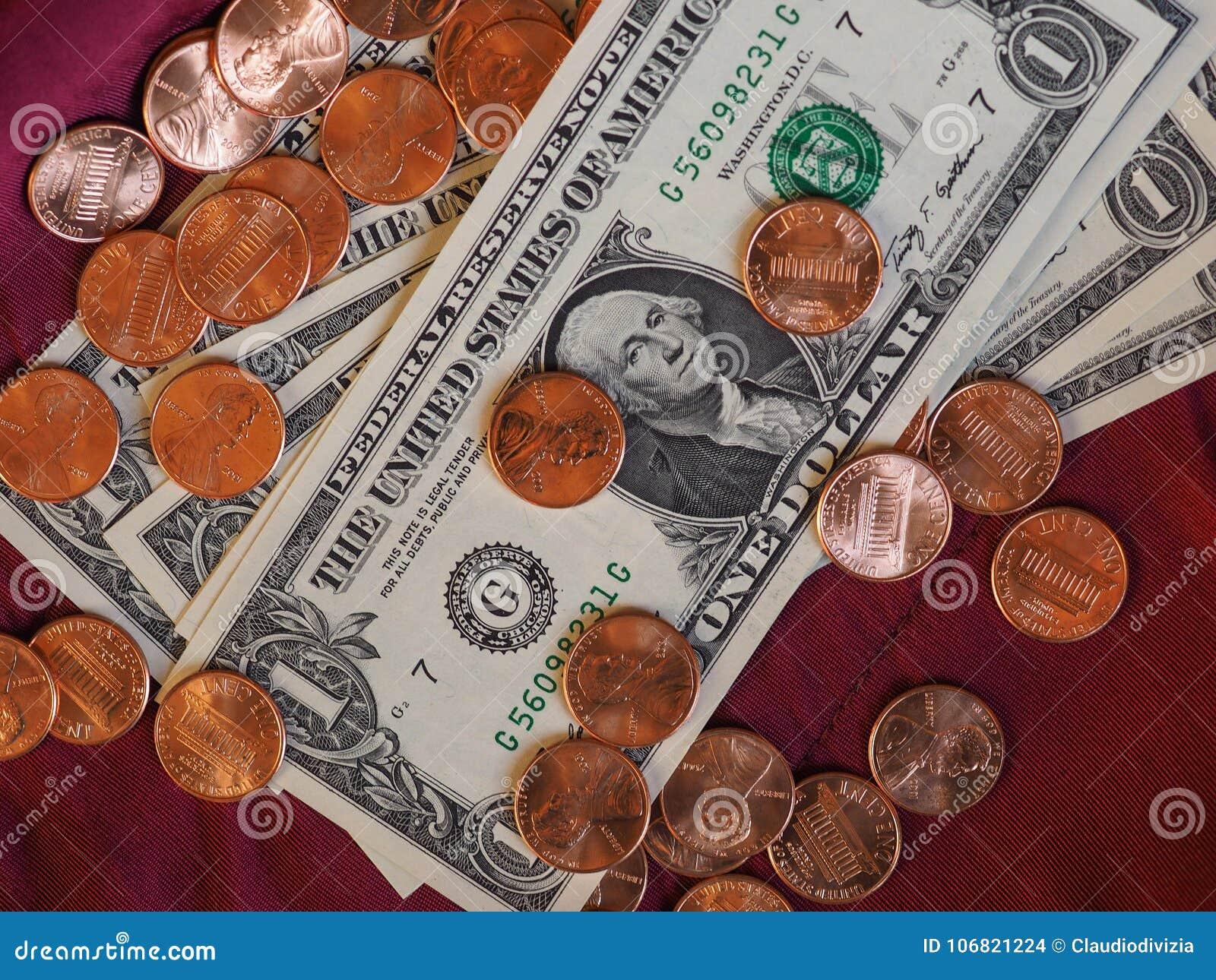 Banconote del dollaro e moneta, Stati Uniti sopra il fondo rosso del velluto