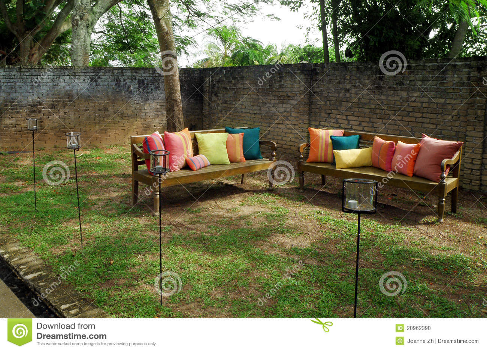 bancos de jardim no rs:de um canto de um jardim tropical ensolarado com os bancos de