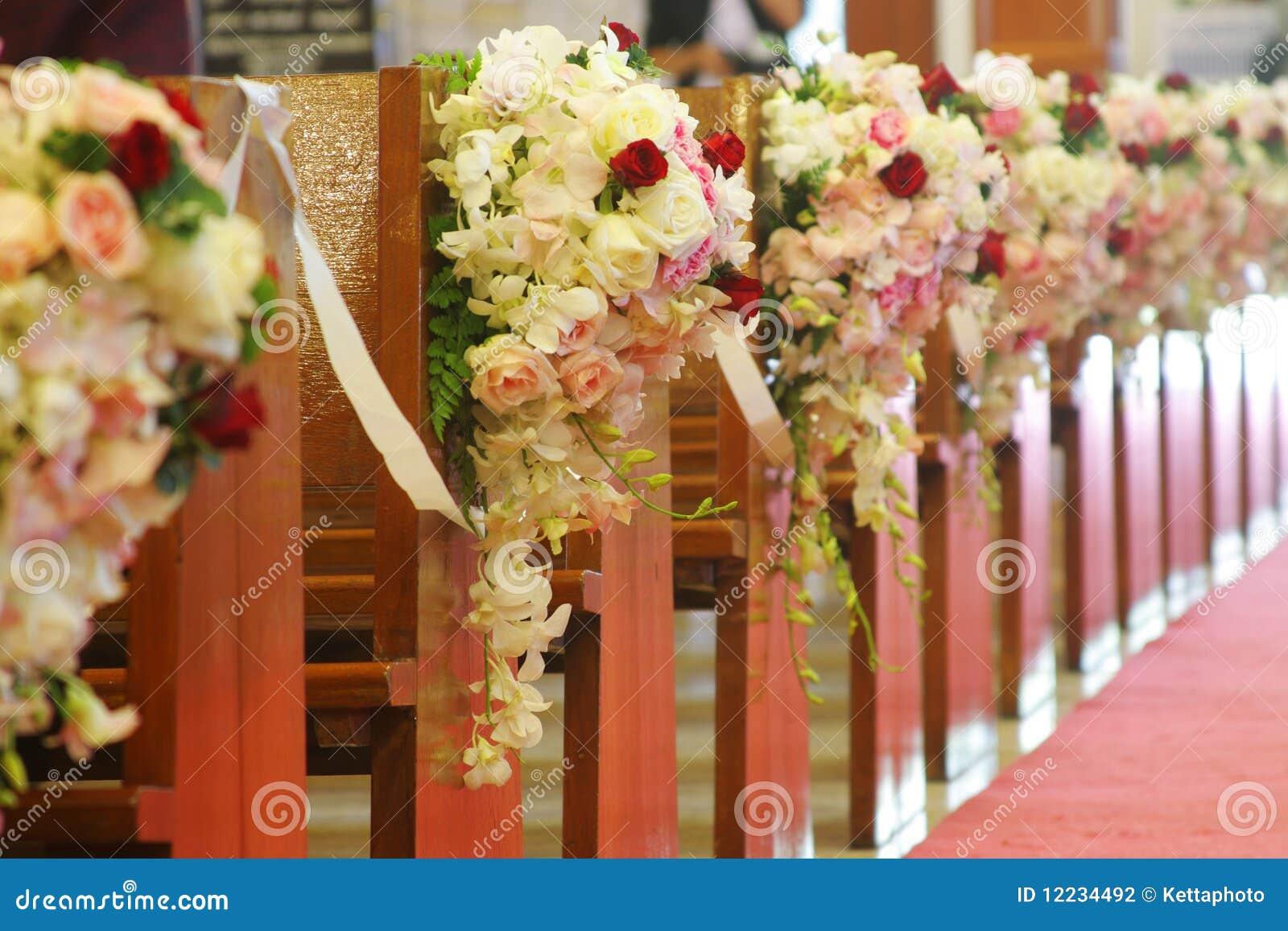 Bancos de la iglesia adornados con los ramos