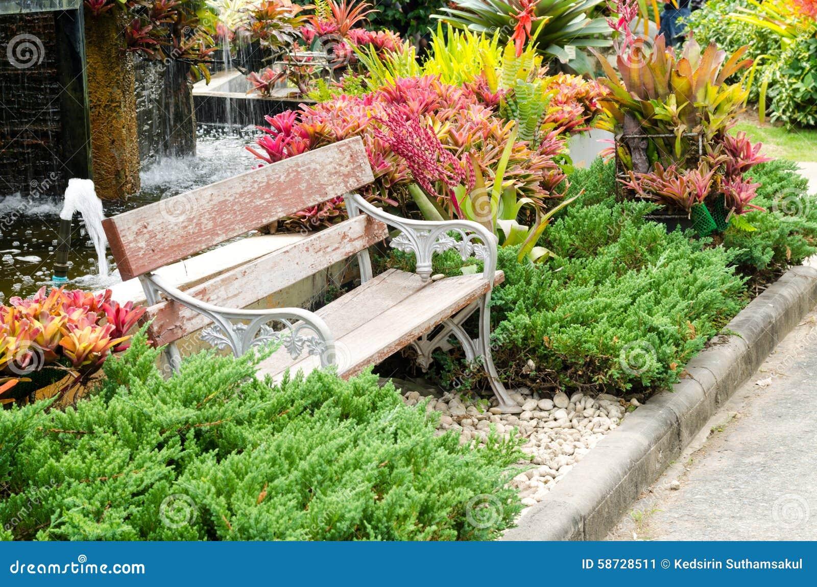 flores jardim exterior : flores jardim exterior:Bancos de madeira velhos no jardim exterior no rajapruek real Chiang