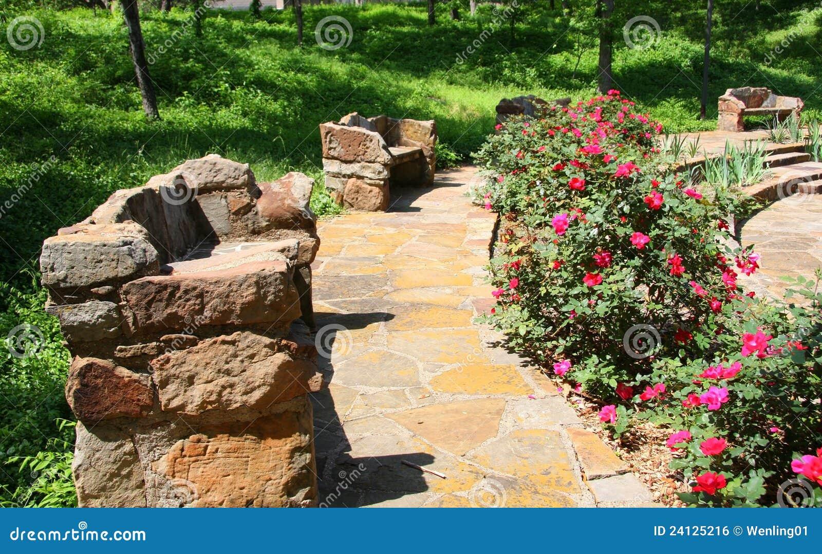 Bancos de piedra en el jard n foto de archivo imagen de - Bancos de piedra para jardin ...