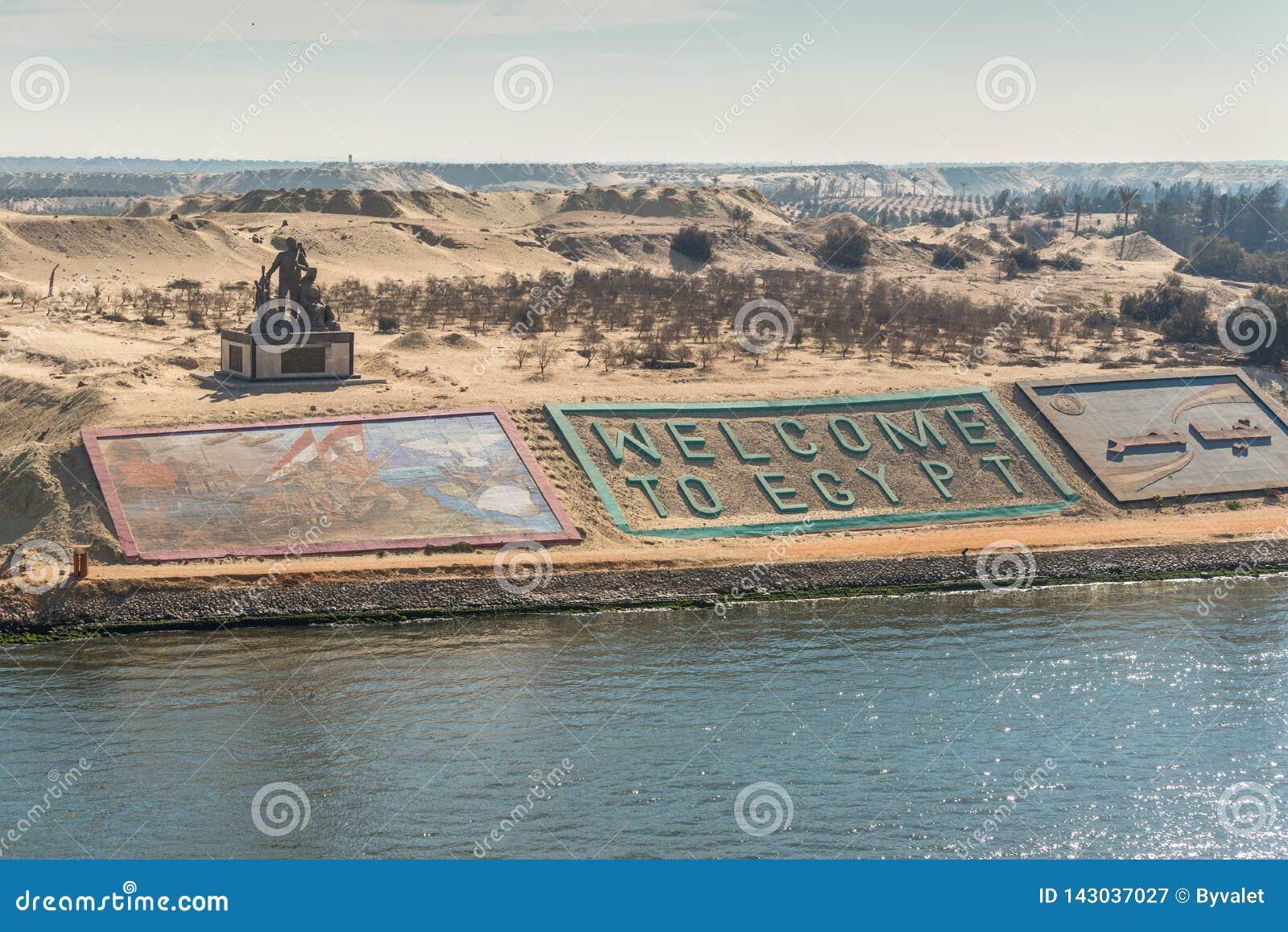 Bancos occidentales del nuevo canal de Suez en la ciudad de Ismailia, Egipto