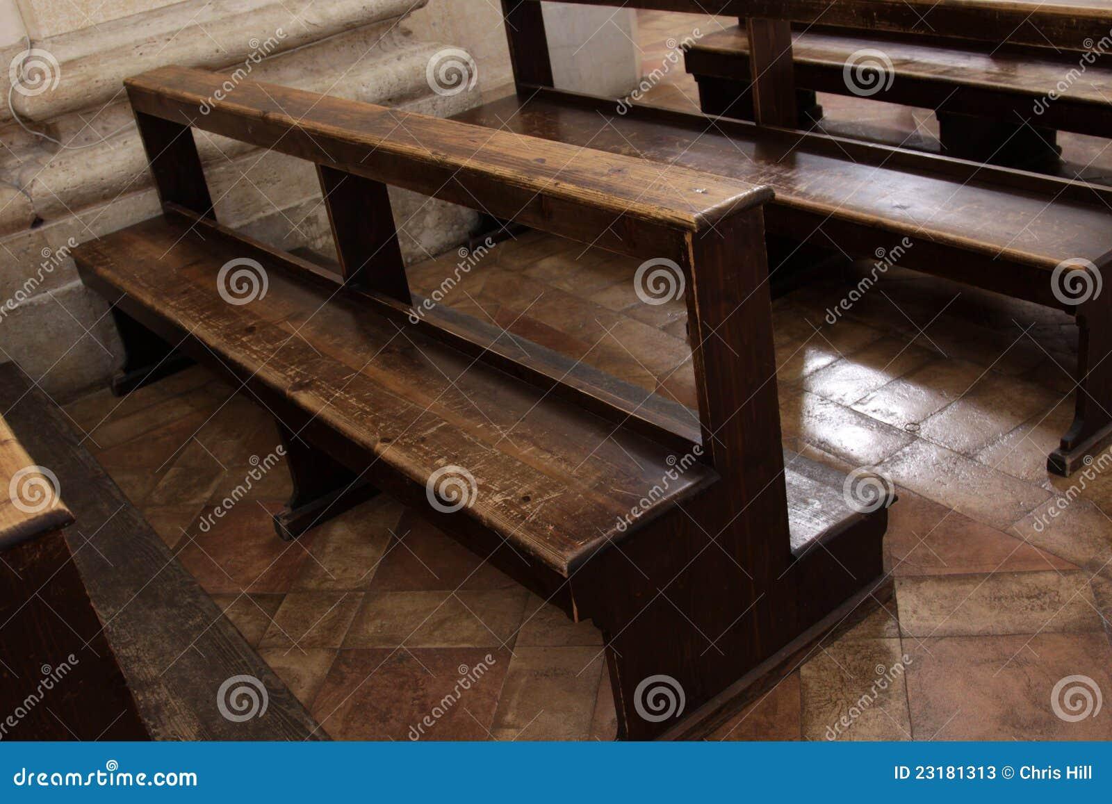 Bancos Usados Poço Da Igreja Fotos de Stock Imagem: 23181313 #82A328 1300x957