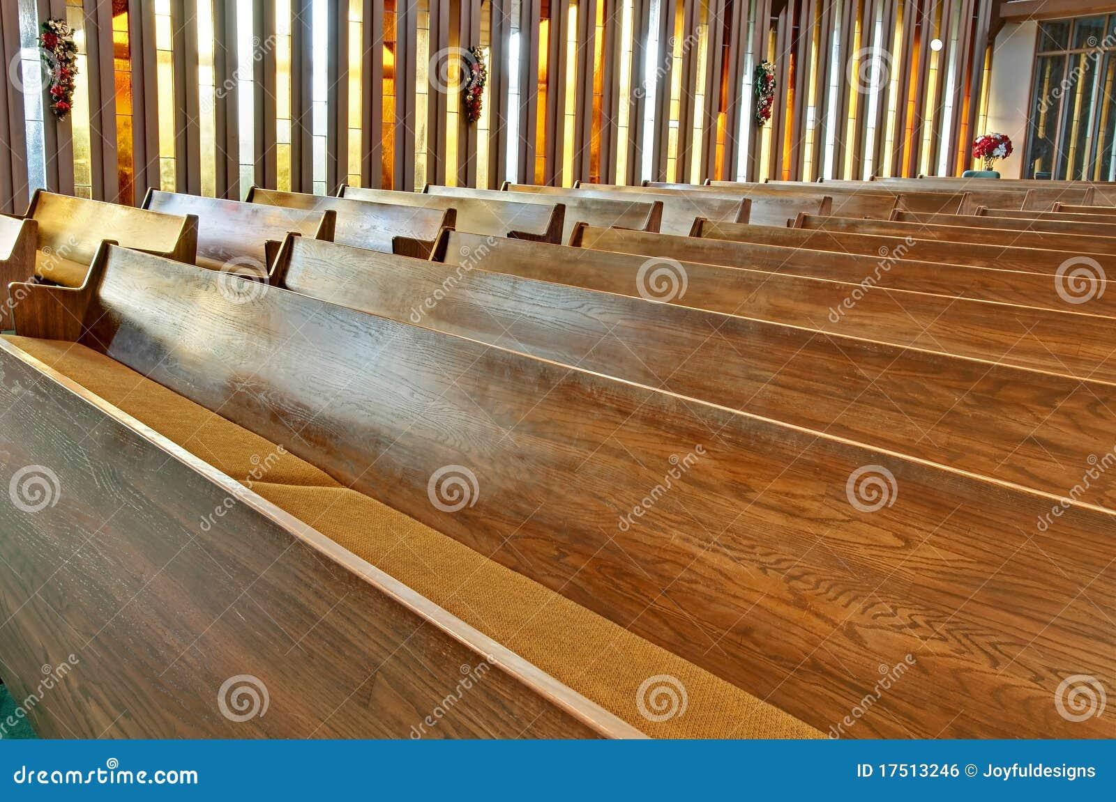 em estoque tem fileiras de bancos de madeira vazios da igreja  #B89913 1300x952
