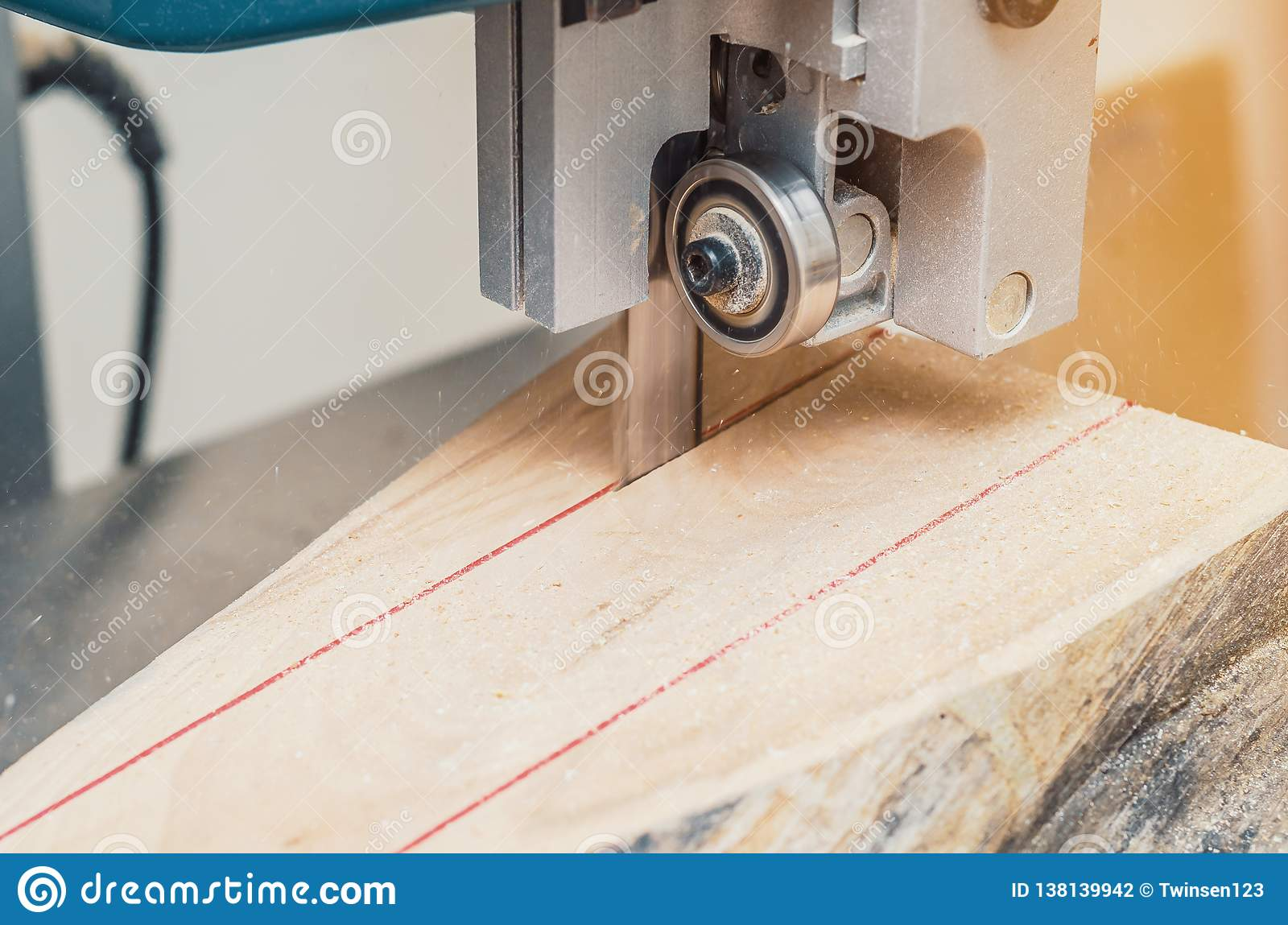band saw, the machine cuts the log on the boards