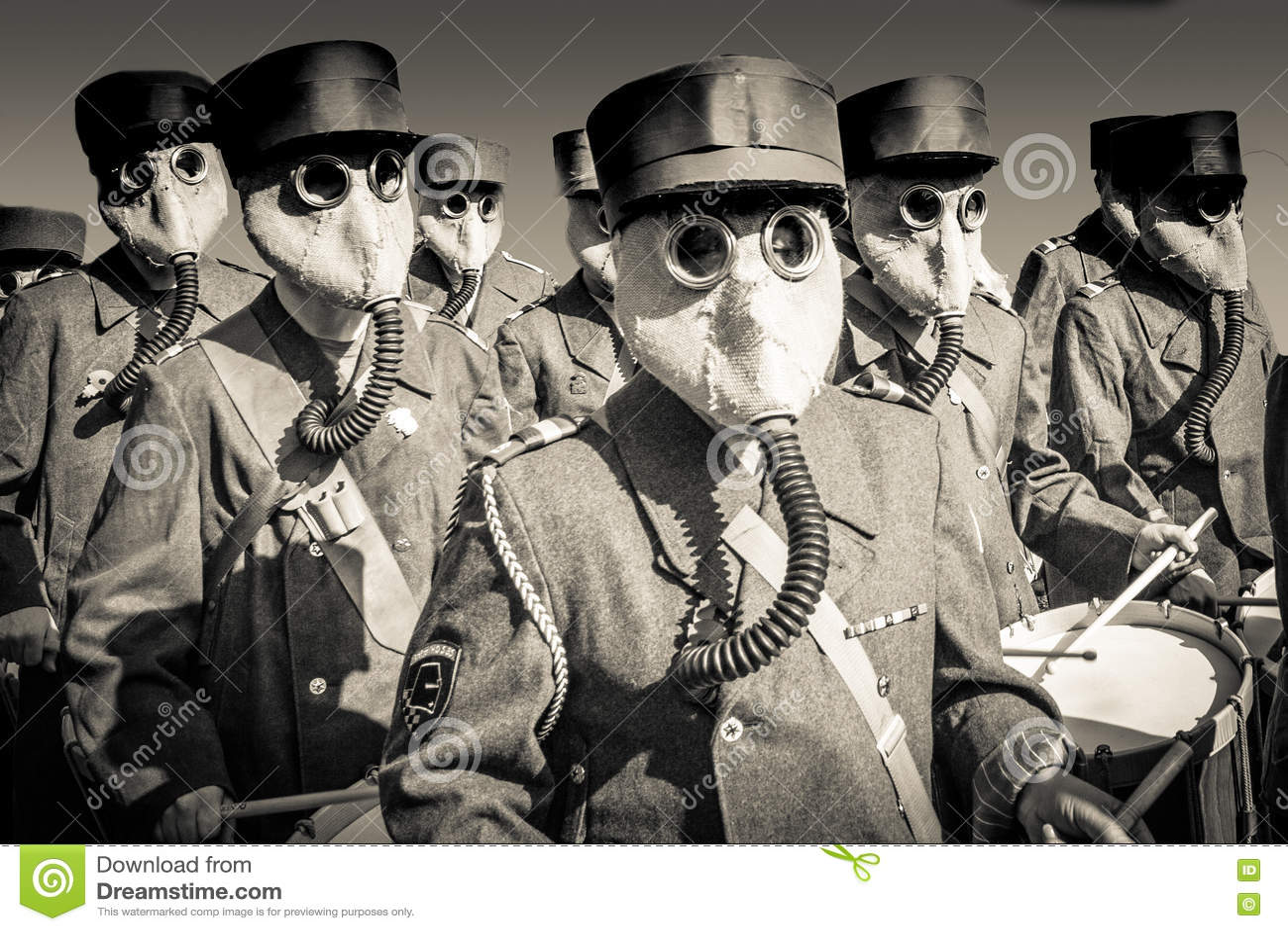 Banda de la guerra mundial 2 con las caretas antigás