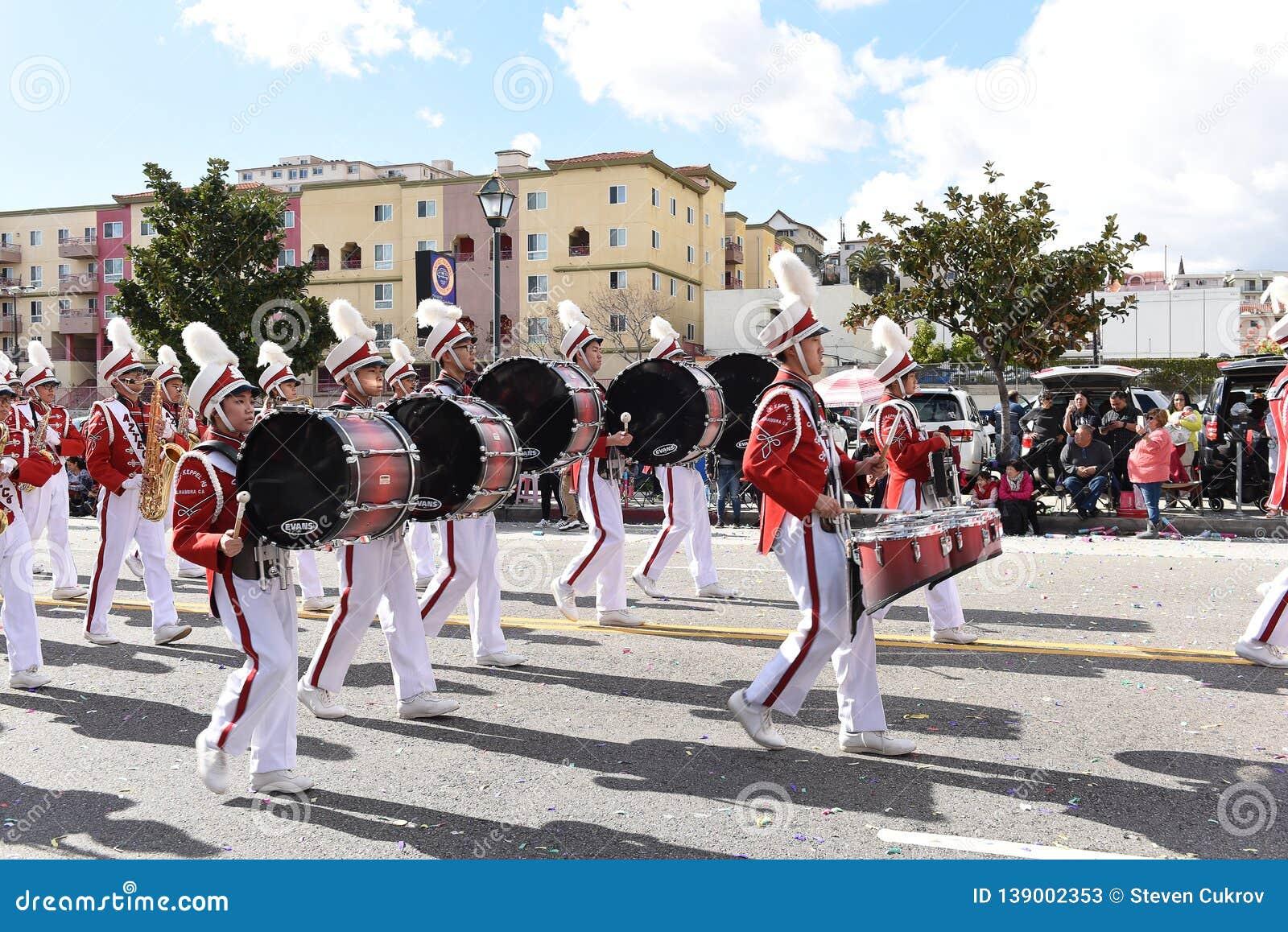 Banda de Mark Keppel High School Marching en el desfile chino del Año Nuevo de Los Angeles