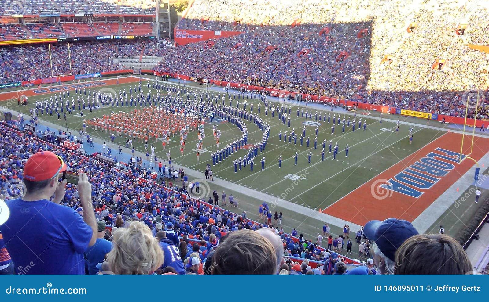 Banda do futebol dos jacarés de Florida no campo