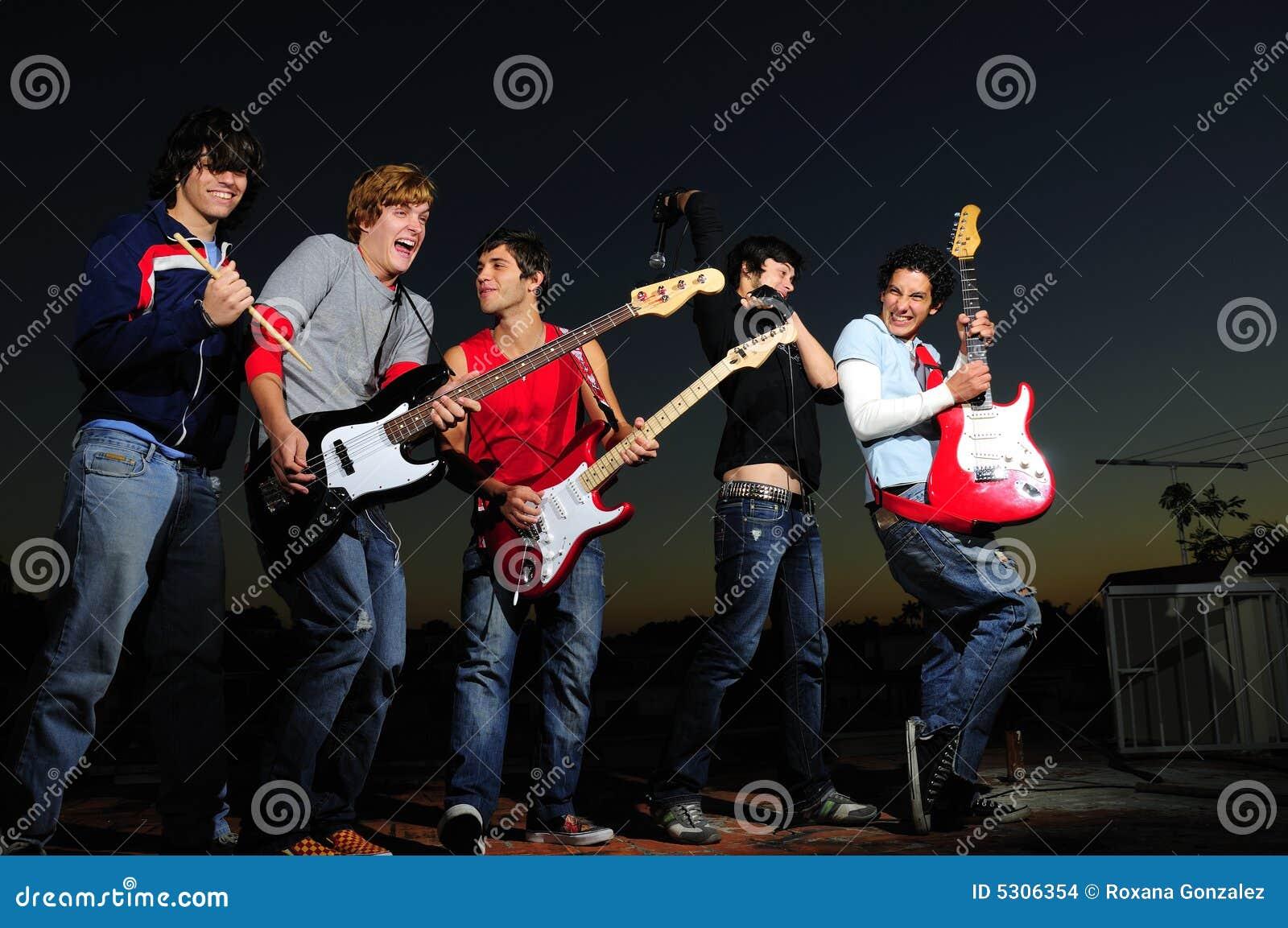 Download Banda rock teenager fotografia stock. Immagine di freddo - 5306354