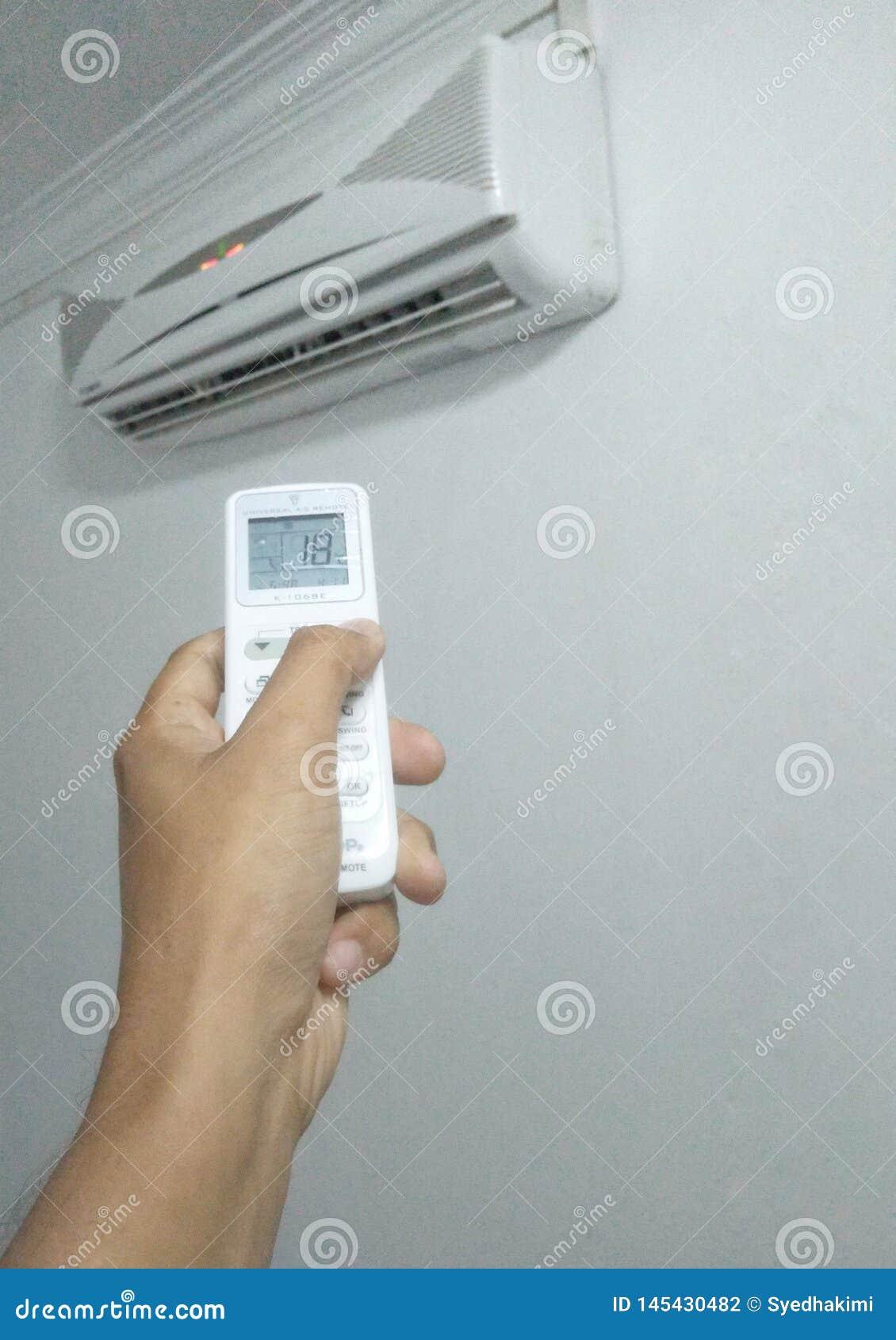 Bandar Seri Begawan/Brunei Darussalam - Maj 19 2019: Anv?nda universell fj?rrkontroll vid Chunghop f?r att ?ndra temperatur av lu