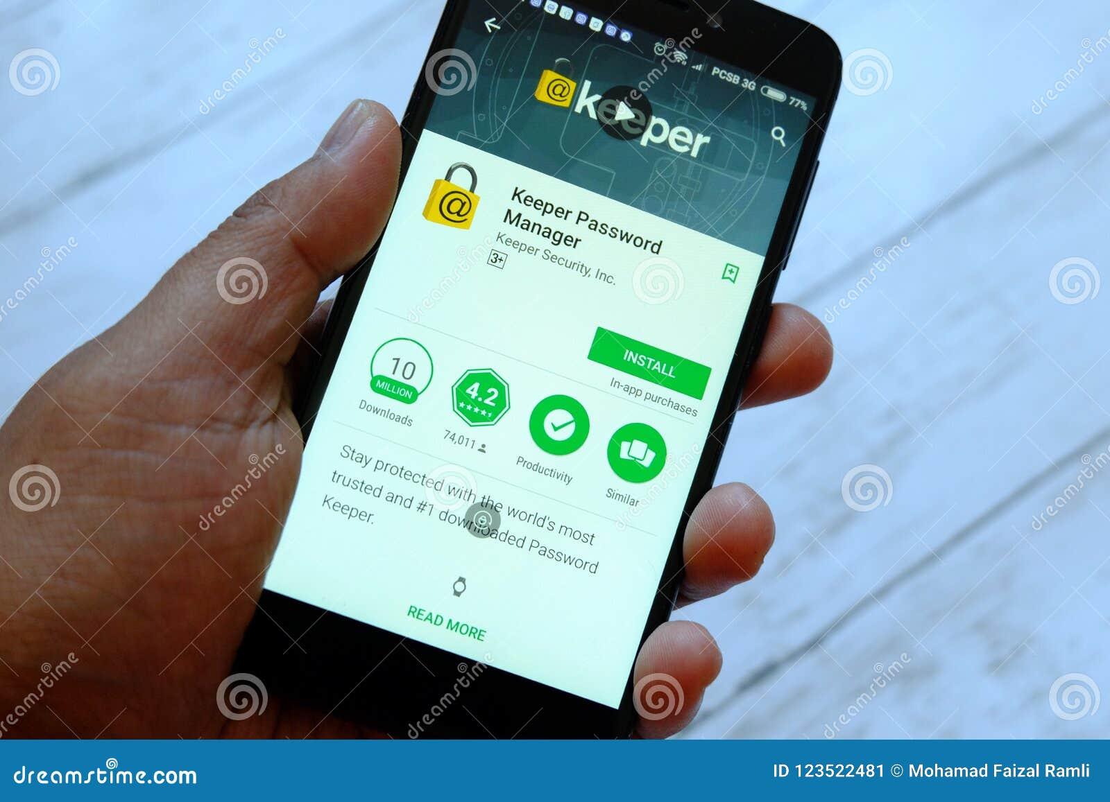 BANDAR SERI BEGAWAN, BRUNEI - 25 JUILLET 2018 : Une main masculine tenant le smartphone avec le directeur APP de mot de passe de