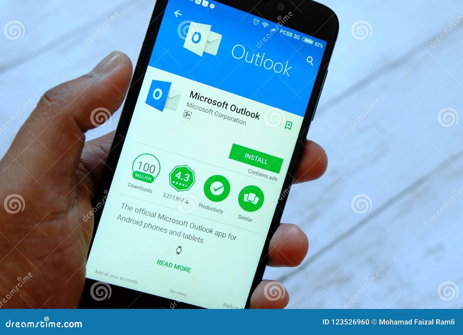 BANDAR SERI BRUNEI, LIPIEC BEGAWAN, - 25TH, 2018: Męski ręki mienia smartphone z Microsoft Outlook apps na androidzie