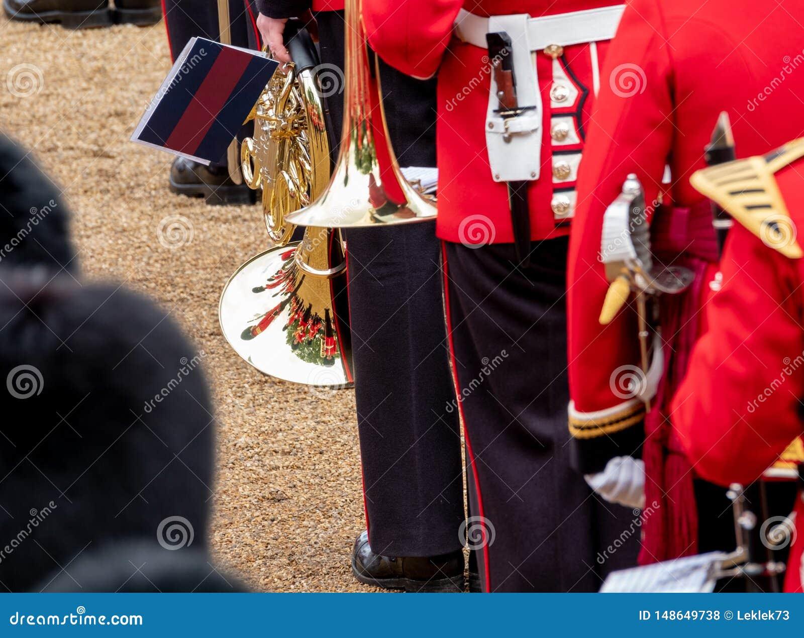 Bande amass?e ? l assemblement le d?fil? de couleur aux gardes de cheval, Londres R-U, avec la r?flexion dans la trompette