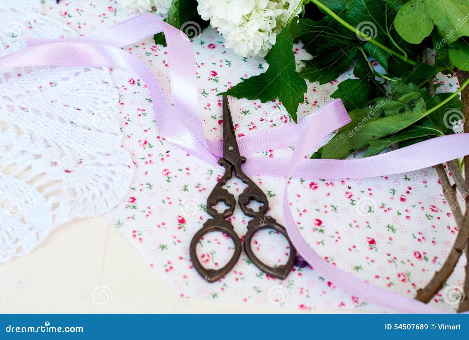 Bande et ciseaux lilas de branche
