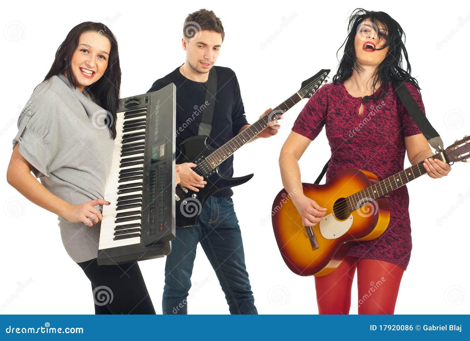 Bande jouant les instruments musicaux