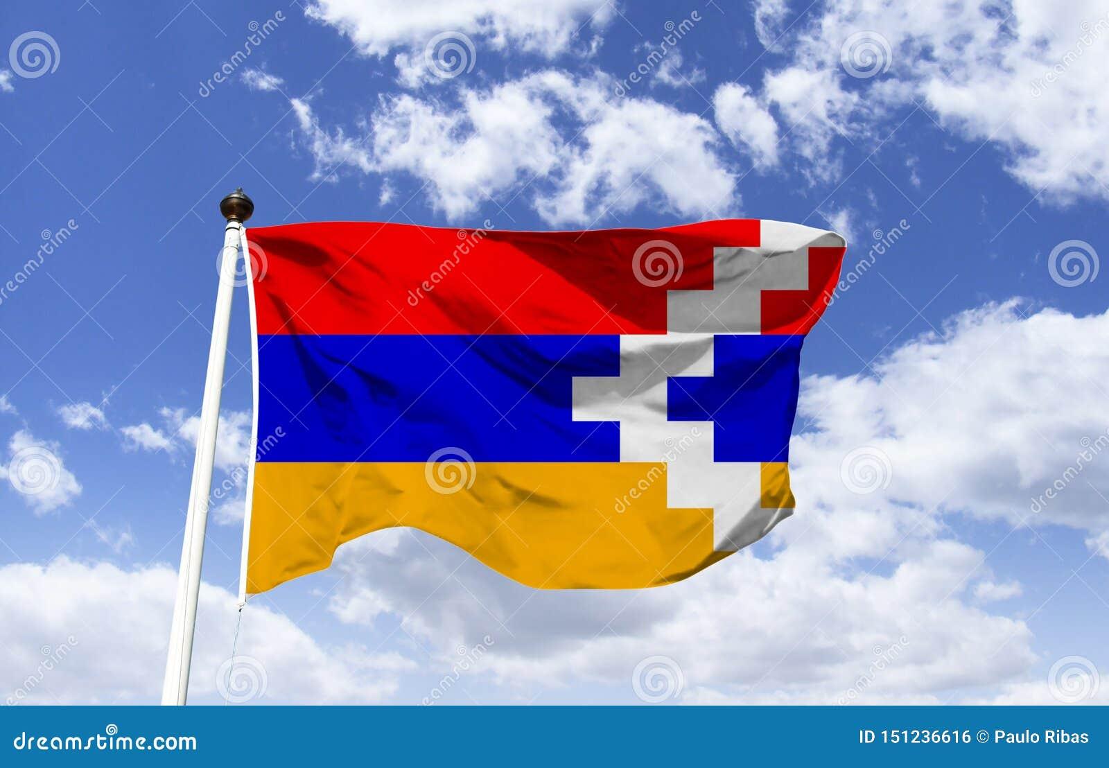 A bandeira da república de Artsakh, Artsaque, deriva-se da bandeira de Armênia