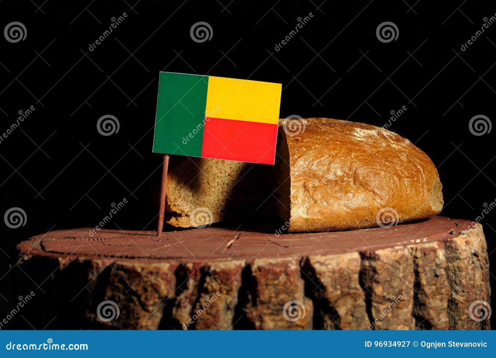 Bandeira de Benin em um coto com pão
