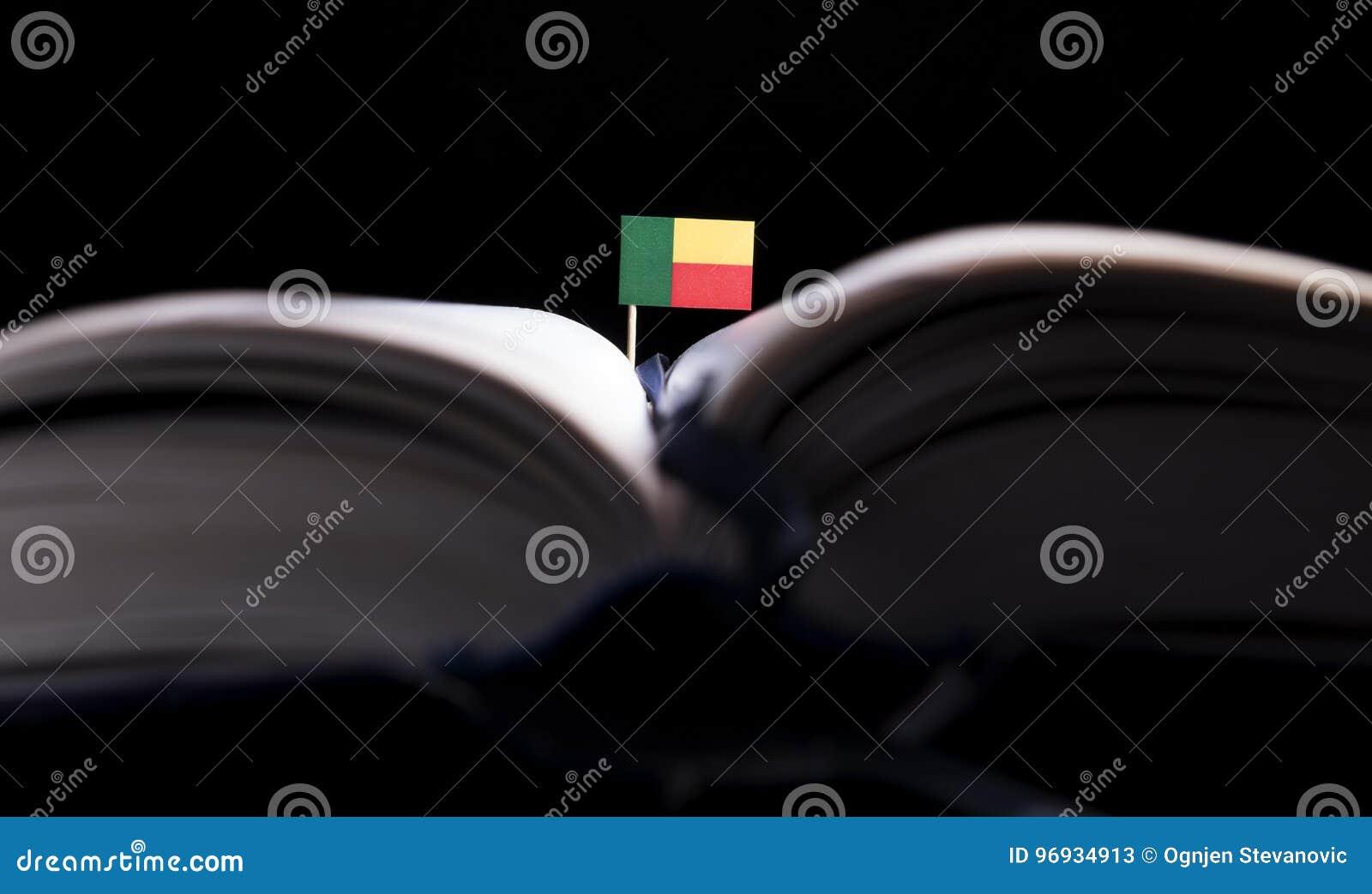 Bandeira de Benin no meio do livro