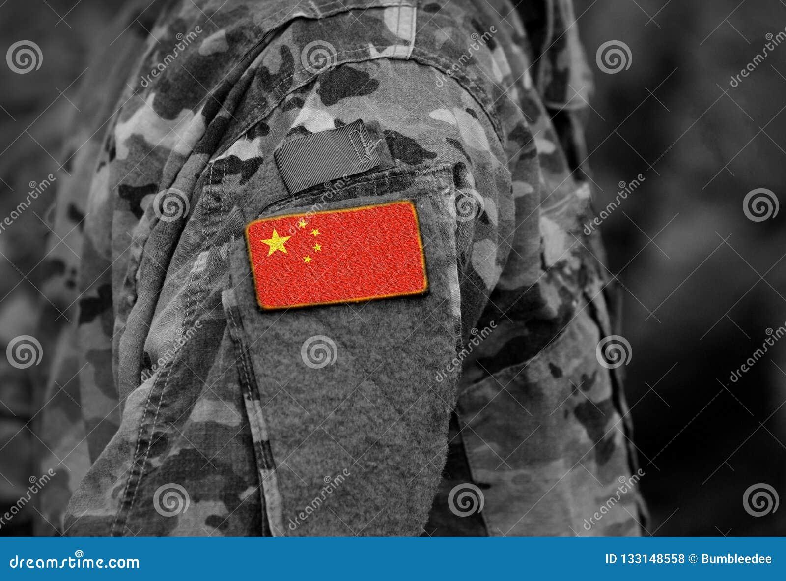 A bandeira de China em soldados arma a colagem