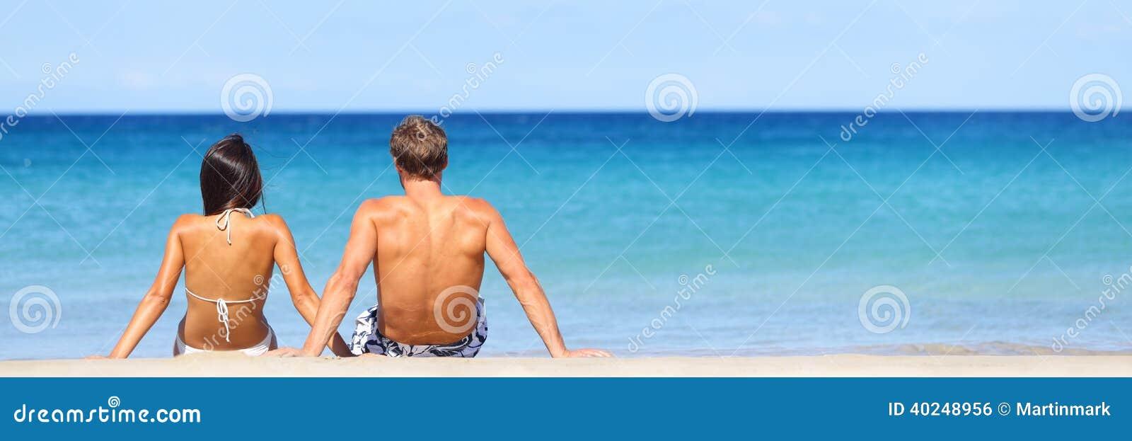 Bandeira do curso da praia - par romântico que relaxa